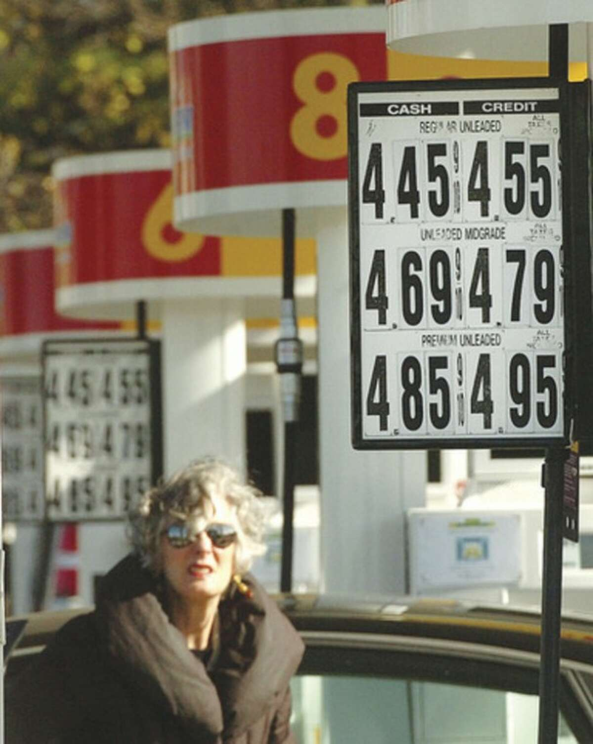 Hour photo / Alex von Kleydorff Gas prices at the Shell station at 307 Connecticut Ave. were significantly higher on Monday than other stations in the city.