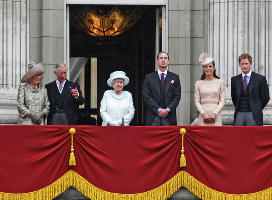 Britain's Queen Elizabeth II, center, accompanied by Prince Charles and the Duchess if Cornwall, left, Prince William, and Kate, Duchess of Cambridge and Prince Harry, appear on the balcony of Buckingham Palace in central London, Tuesday, June 5, 2012, to conclude the four-day Diamond Jubilee celebrations to mark the 60th anniversary of the Queen's accession to the throne. (AP Photo/Lefteris Pitarakis) / AP