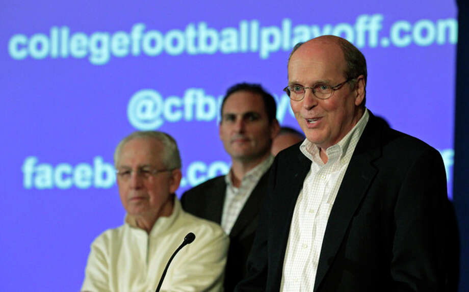 Bill Hancock, executive director of the Bowl Championship Series, introduces the new name - College Football Playoffs - and competition framework of what will replace the BCS in 2014 at a meeting of the football conference commissioners in Pasadena, Calif., Tuesday, April 23, 2013. (AP Photo/Reed Saxon) / AP