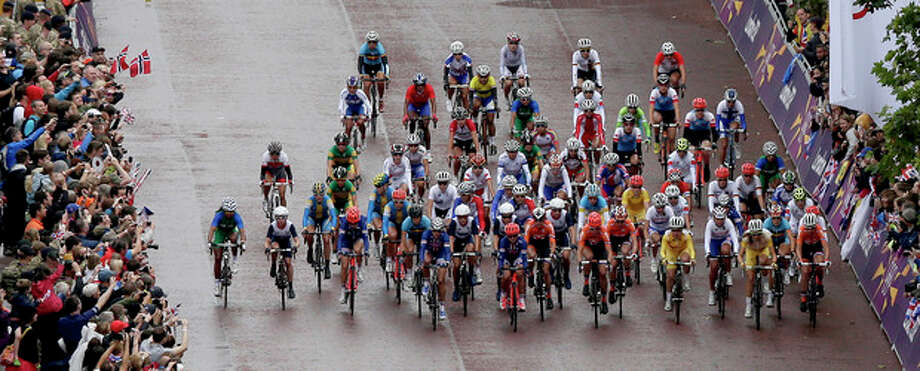 The peloton passes by The Mall near Buckingham Palace during the women's road cycling race at the 2012 Summer Olympics on Sunday, July 29, 2012, in London. (AP Photo/Charlie Riedel, Pool) / Pool AP