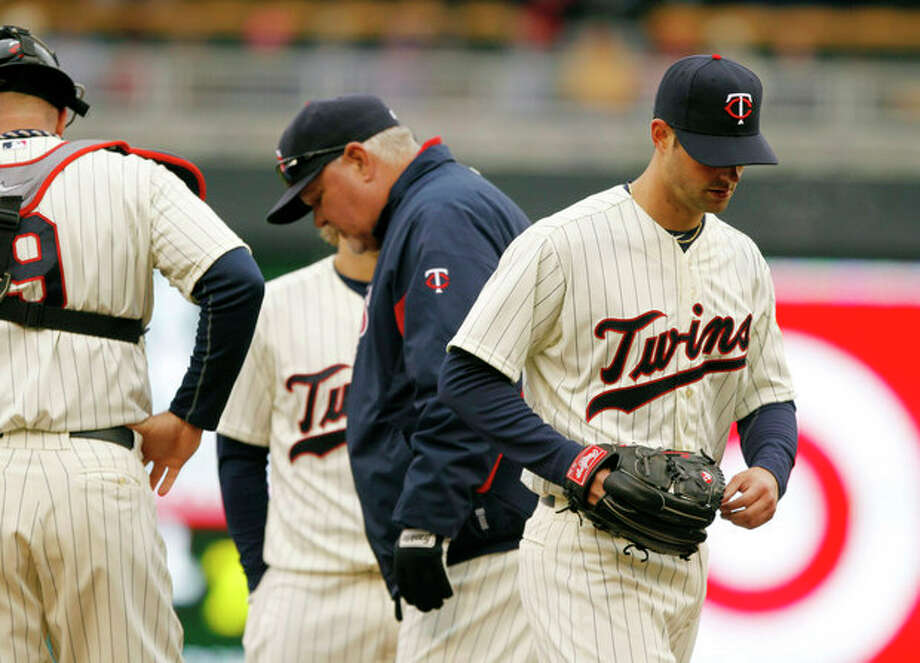 Minnesota Twins starting pitcher Scott Diamond, right, is taken out of the game against the New York Mets during the fifth inning of a baseball game Saturday, April 13, 2013, in Minneapolis. (AP Photo/Genevieve Ross) / FR170496 AP