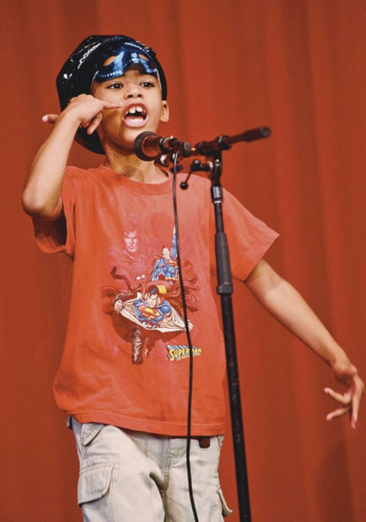 Luis Cepeda sings
