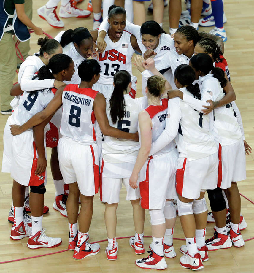 United States' players gather at center court after defeating France in the women's gold medal basketball game at the 2012 Summer Olympics, Saturday, Aug. 11, 2012, in London. (AP Photo/Victor R. Caivano) / AP