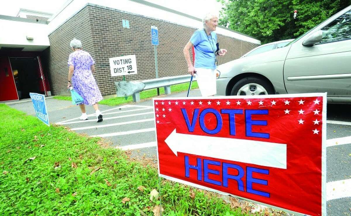 Voters turn out Tuesday at Turn of River School District 18 in Stamford. photo/Matthew vinci