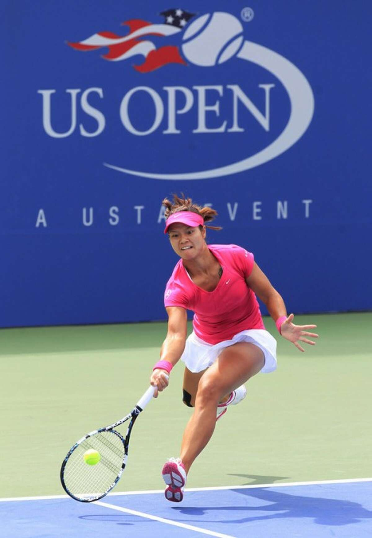 China's Li Na returns a shot to Britain's Heather Watson at the 2012 US Open Tennis tournament, Monday, Aug. 27, 2012, in New York. (AP Photo/Paul Bereswill)