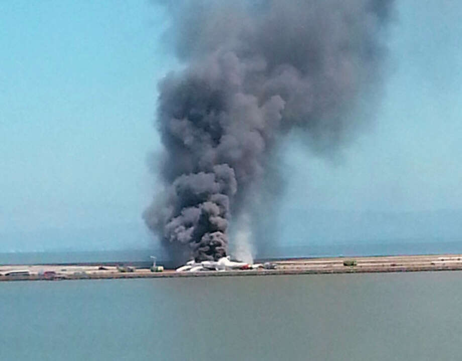 This photo provided by Antonette Edwards shows what a federal aviation official says was an Asiana Airlines flight crashing while landing at San Francisco airport on Saturday, July 6, 2013. (AP Photo/Antonette Edwards ) / AP