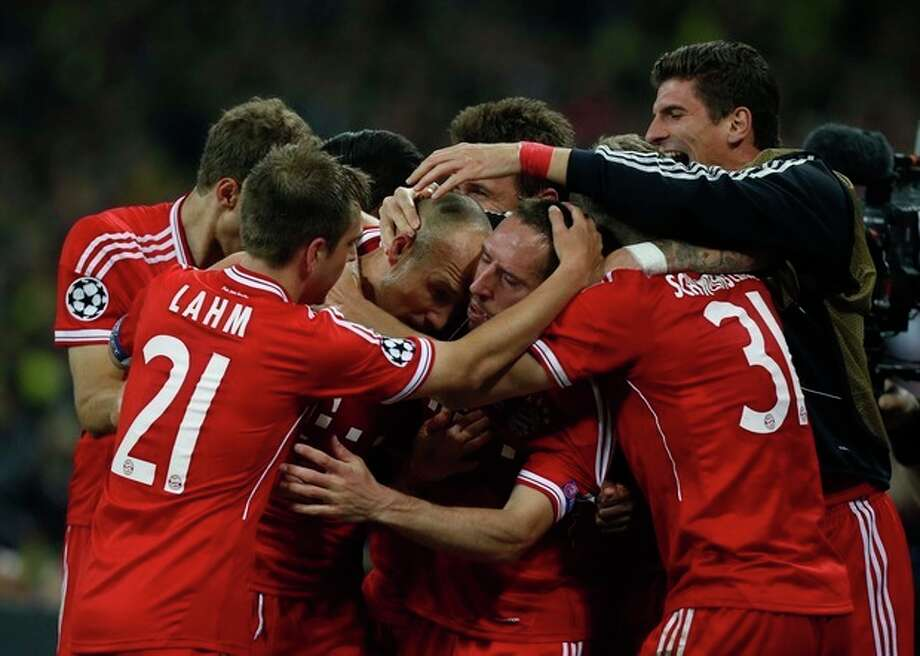 Bayern's Arjen Robben of the Netherlands, centre left, celebrates scoring the winning goal with teammates during the Champions League Final soccer match between Borussia Dortmund and Bayern Munich at Wembley Stadium in London, Saturday May 25, 2013. (AP Photo/Matt Dunham) / AP