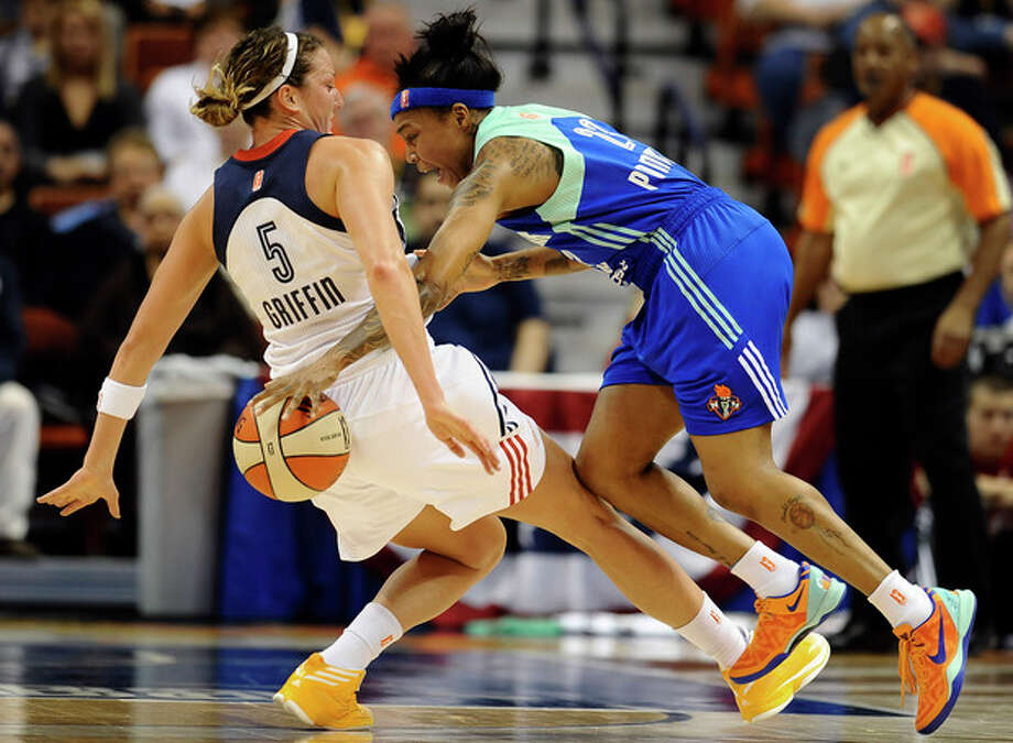 Connecticut Sun's Kelsey Griffin, left, fouls New York Liberty's Cappie Pondexter, right, during the first half of their WNBA basketball game in Uncasville, Conn., Saturday, May 25, 2013. (AP Photo/Jessica Hill) / FR125654 AP