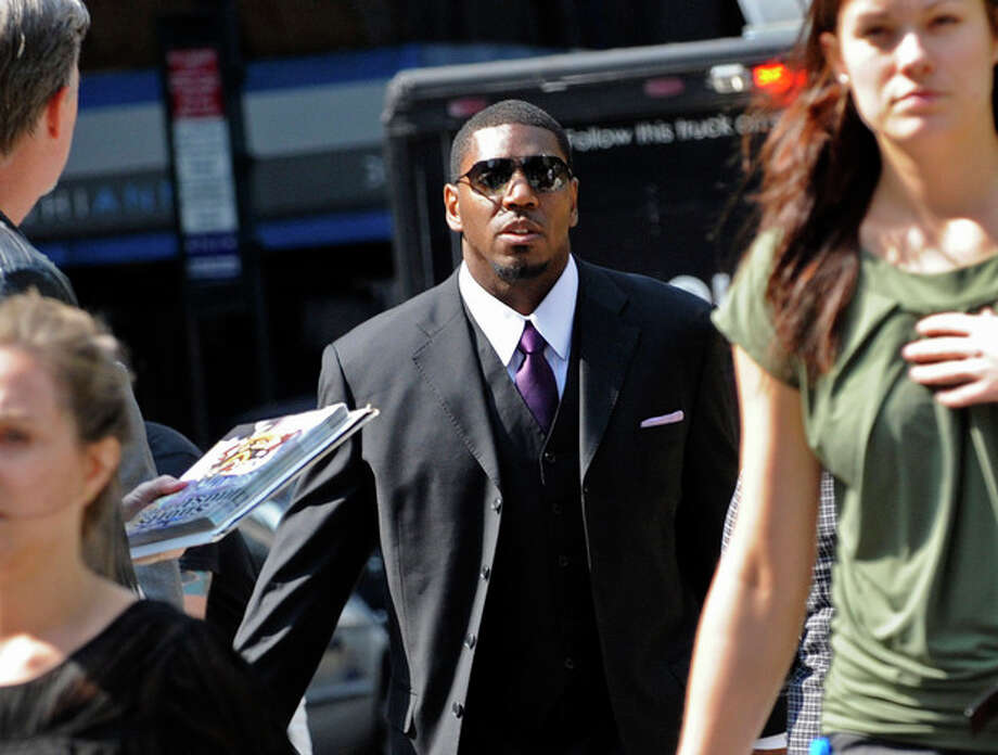 New Orleans Saints linebacker Jonathan Vilma arrives at the NFL football headquarters to meet with Commissioner Roger Goodell to discuss his suspension that was temporarily lifted, Monday, Sep. 17, 2012, in New York. (AP Photo/ Louis Lanzano) / FR77522 AP