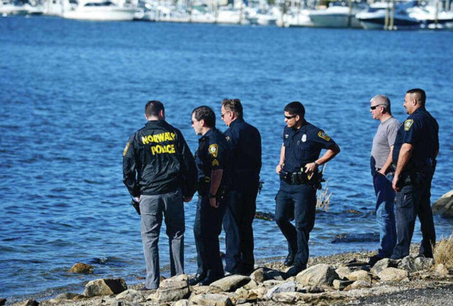 Norwalk police investigate the discovery of a dead body found off shore at Veterans Park Saturdy morning.Hour photo / Erik Trautmann / (C)2013, The Hour Newspapers, all rights reserved