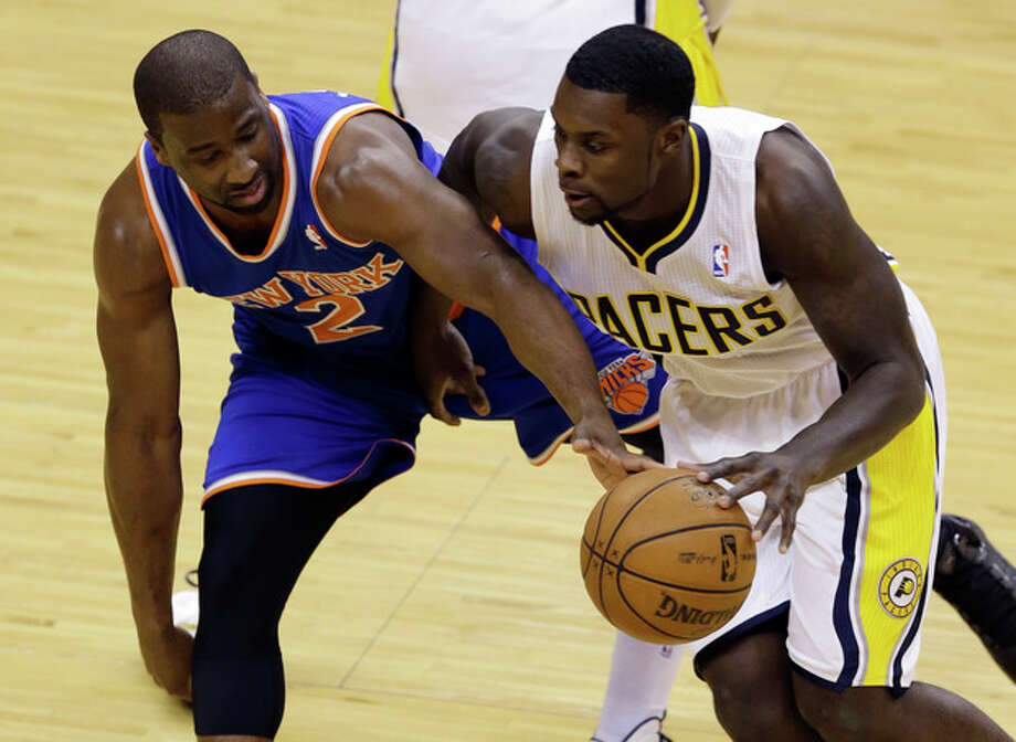 New York Knicks guard Raymond Felton, left, tries to tip the ball way from Indiana Pacers guard Lance Stephenson during the first half of Game 3 of the Eastern Conference semifinal NBA basketball playoff series in Indianapolis, Saturday, May 11, 2013. (AP Photo/Michael Conroy) / AP