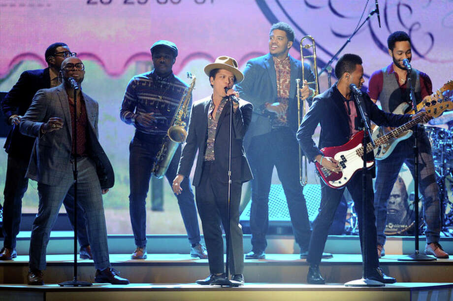 Singer Bruno Mars performs during the 2012 Victoria's Secret Fashion Show on Wednesday Nov. 7, 2012 in New York. The show will be broadcast on Tuesday, Dec. 4 (10:00 PM, ET/PT) on CBS. (Photo by Evan Agostini/Invision/AP) / Invision