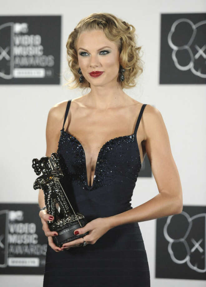 "Taylor Swift poses backstage with the award for Best Female Video for ""I Knew You Were Trouble"" at the MTV Video Music Awards on Sunday, Aug. 25, 2013, at the Barclays Center in the Brooklyn borough of New York. (Photo by Evan Agostini/Invision/AP)"