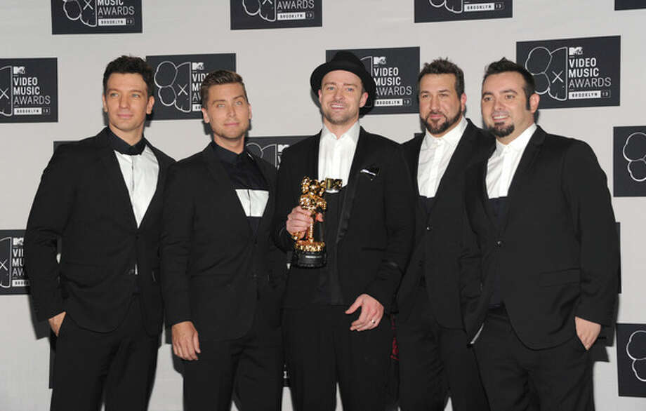 Justin Timberlake,center, winner of the Video Vanguard Award poses backstage with, from left, JC Chasez, Lance Bass, Joey Fatone and Chris Kirkpatrick of 'N Sync at the MTV Video Music Awards on Sunday, Aug. 25, 2013, at the Barclays Center in the Brooklyn borough of New York. (Photo by Evan Agostini/Invision/AP) / Invision