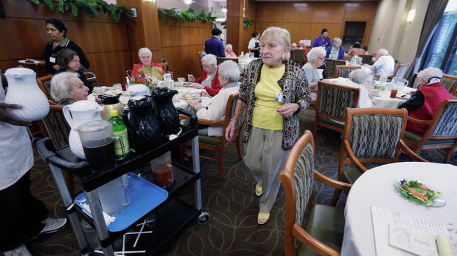 "In this July 30, 2013, photo, 92-year-old Edith Stern walks through the cafeteria at her retirement home in Chicago. Stern is a ""super ager,"" participating in a Northwestern University study of people in their 80s and 90s with astounding memories. So far the research has found scientific evidence that brains in this elite group resemble those of people decades younger. (AP Photo/M. Spencer Green) / AP"