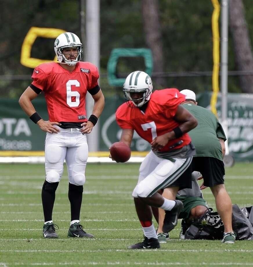 New York Jets quarterbacks Geno Smith, right, and Mark Sanchez participate in a practice in Florham Park, N.J., Monday, Aug. 19, 2013. (AP Photo/Seth Wenig) / AP