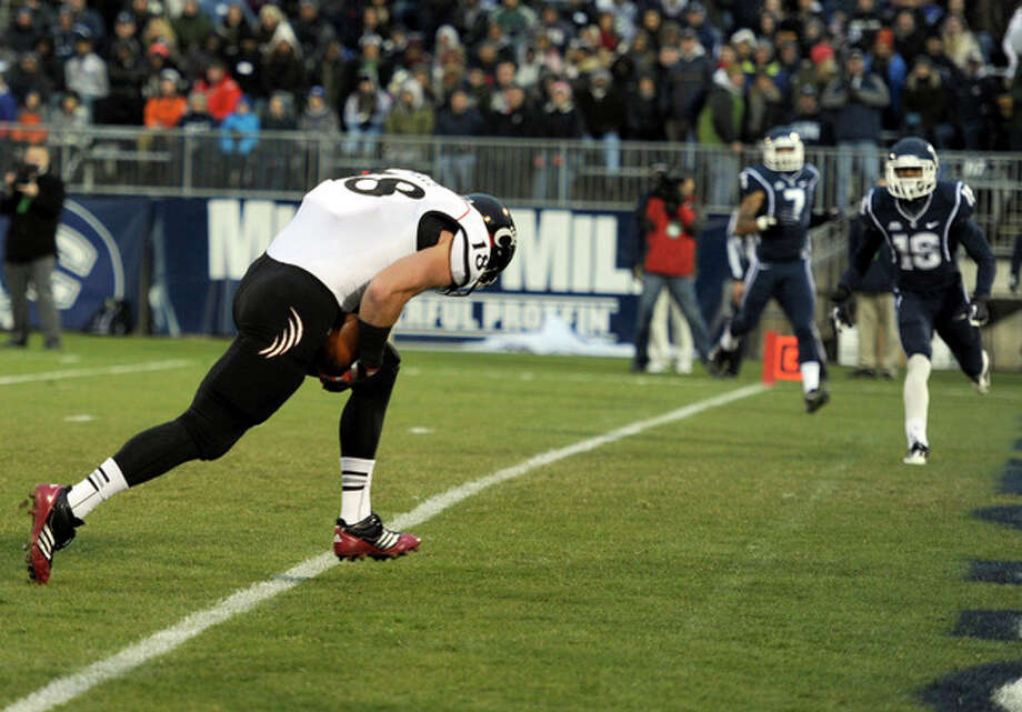 Cincinnati tight end Travis Kelce, left, crosses the goal line for a touchdown during the first half of an NCAA college football game against Connecticut at Rentschler Field in East Hartford, Conn., Saturday, Dec. 1, 2012. (AP Photo/Jessica Hill) / FR125654 AP