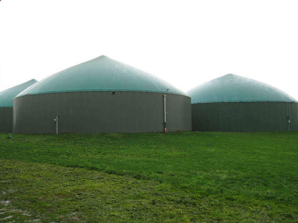 eXtension Farm Energy Ê Diverting even just a portion ofÊthe world's foodÊwaste toÊwaste-to-energy (WTE) systems could free up large amounts of landfill space while powering our vehicles and heating our homes, and thus putting a significant dent in our collective carbon footprint. Pictured: Three Anaerobic Digestion WTE tanks in Fenville, MI.