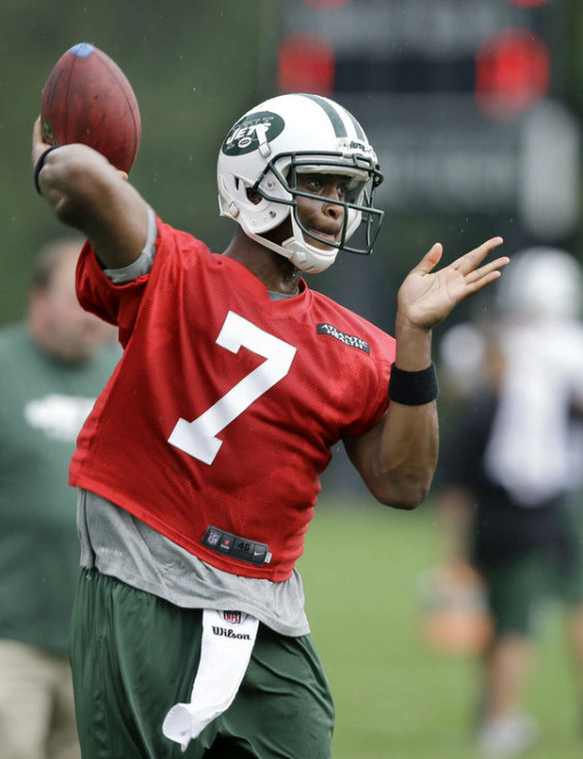 New York Jets quarterback Geno Smith (7) throws a pass during the team's NFL football practice in Florham Park, N.J., Monday, Sept. 2, 2013. (AP Photo/Mel Evans)