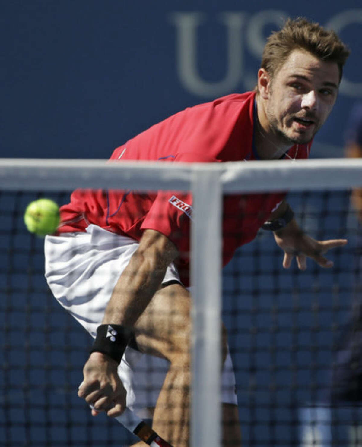 Stanislas Wawrinka, of Switzerland, returns a shot to Andy Murray, of Great Britain, during the quarterfinals of the 2013 U.S. Open tennis tournament, Thursday, Sept. 5, 2013, in New York. (AP Photo/David Goldman)