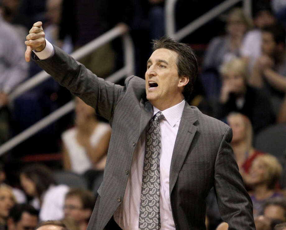 Los Angeles Clippers' head coach Vinny Del Negro calls out signals from the bench during the first half of an NBA basketball game against the Phoenix Suns, Sunday, Dec. 23, 2012, in Phoenix. (AP Photo/Ralph Freso) / FR170363 AP