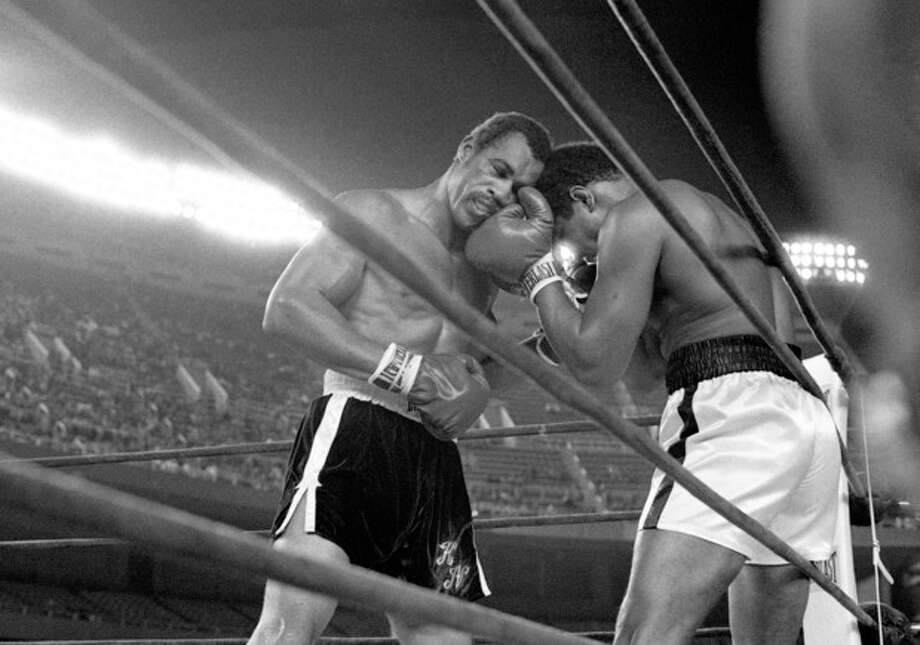 FILE - In this Sept. 28, 1976, file photo, challenger Ken Norton, left, and heavyweight champion Muhammad Ali trade right punches in the late rounds of their title fight in New York's Yankee Stadium. Norton, a former heavyweight champion, has died, his son said, Wednesday, Sept. 18, 2013. He was 70. (AP Photo/File_ / AP