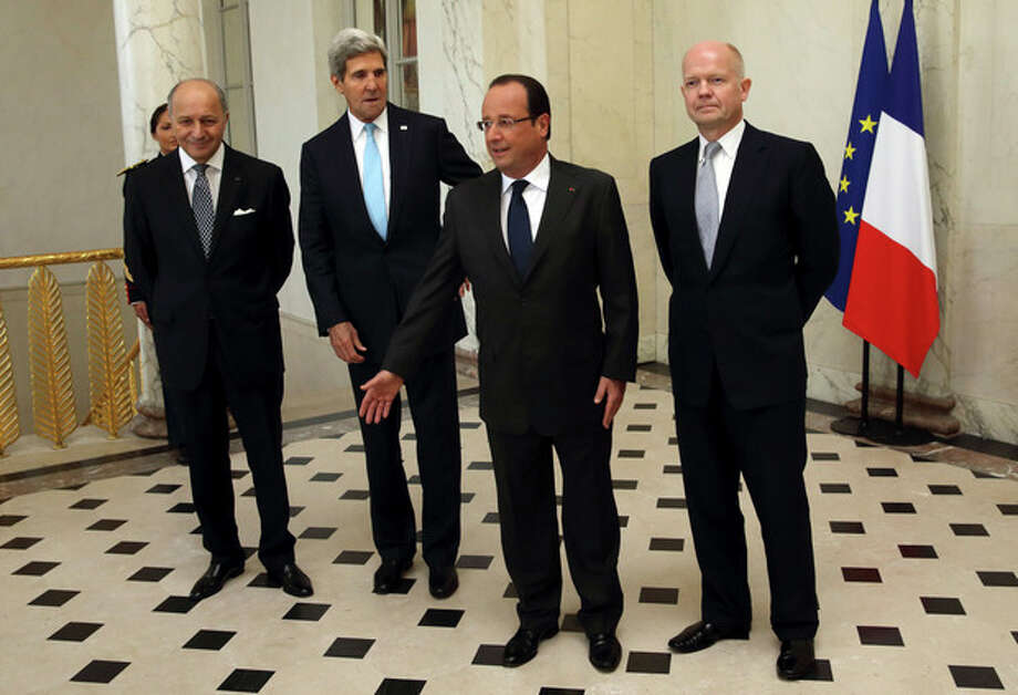 From left, French Foreign Minister Laurent Fabius, U.S. Secretary of State John Kerry, French President Francois Hollande and British Foreign Secretary William Hague, pose in the lobby of the Elysee Palace in Paris, prior to a meeting on Syria, Monday, Sept. 16, 2013. (AP Photo/Philippe Wojazer, Pool) / Reuters POOL