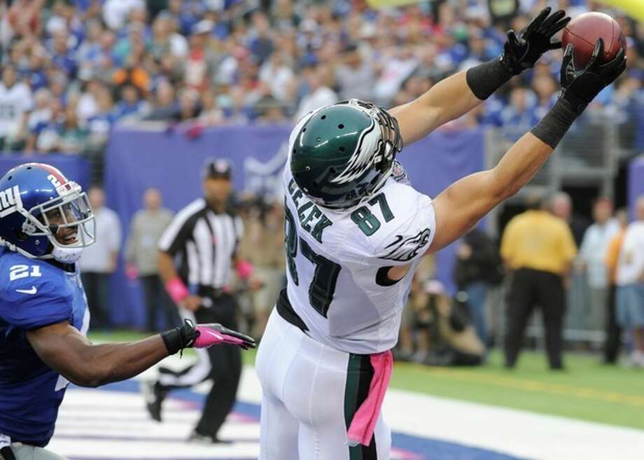 Philadelphia Eagles tight end Brent Celek (87) catches a pass for a touchdown in front of New York Giants' Ryan Mundy (21) during the second half of an NFL football game on Sunday, Oct. 6, 2013, in East Rutherford, N.J. (AP Photo/Bill Kostroun) / FR51951 AP