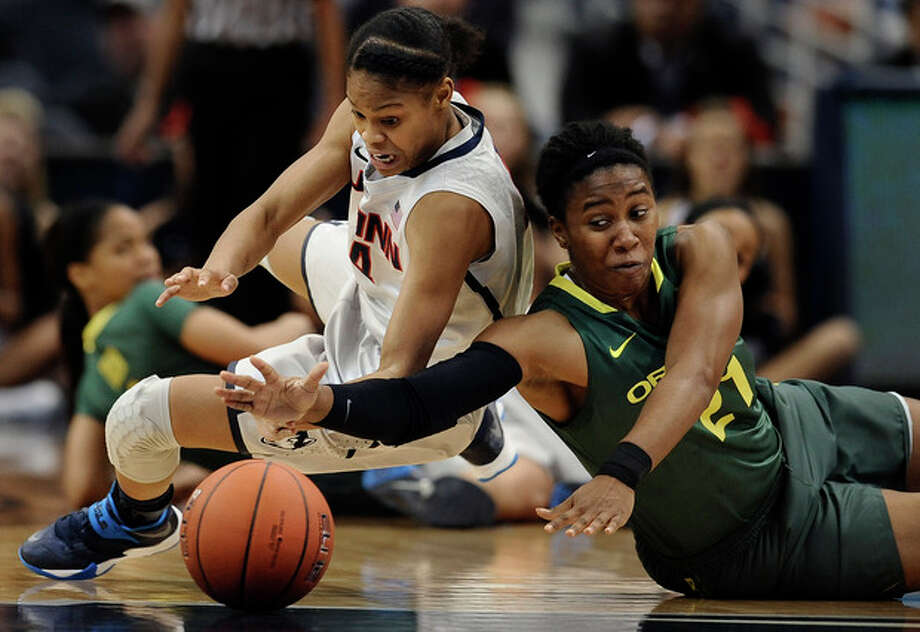Connecticut's Moriah Jefferson, left, and Oregon's Chrishae Rowe, right, chase a loose ball during the first half of an NCAA college basketball game, Wednesday, Nov. 20, 2013, in Hartford, Conn. (AP Photo/Jessica Hill) / FR125654 AP