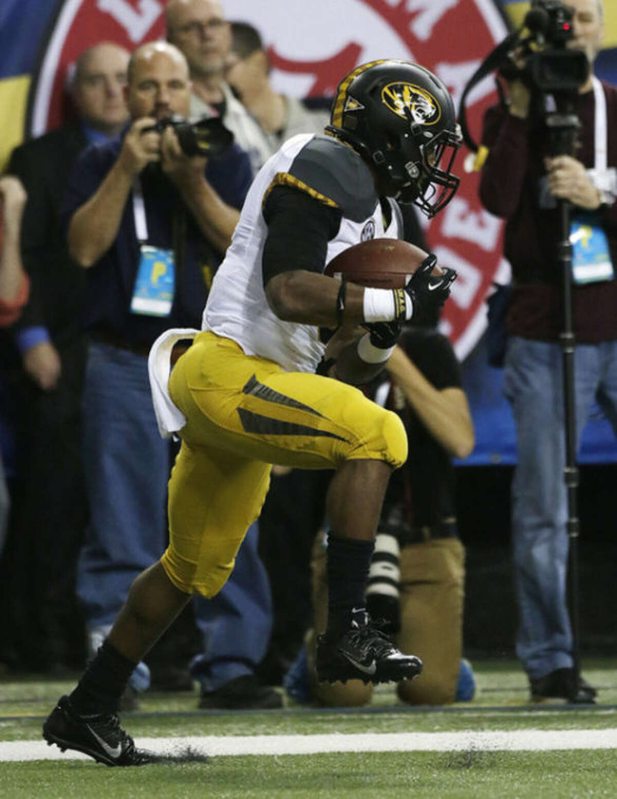 Missouri running back Marcus Murphy (6) makes a catch in the end zone against Auburn during the second half of the Southeastern Conference NCAA football championship game, Saturday, Dec. 7, 2013, in Atlanta. (AP Photo/Dave Martin)