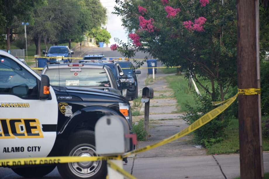 San Antonio Police Department officers respond to a murder and suicide in the 2500 block of Schley Avenue on the Southeast Side on June 17, 2016. Photo: Mark D. Wilson