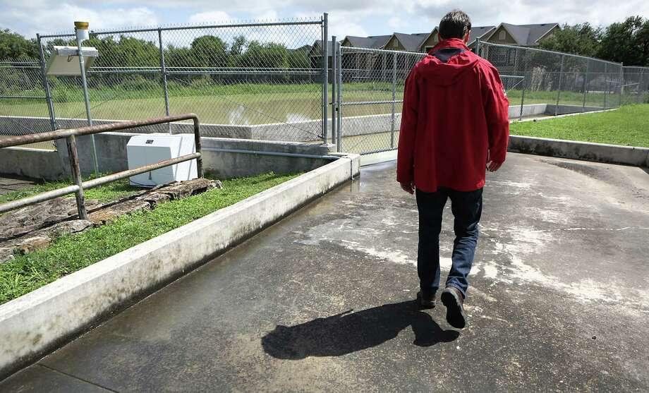 Coal tar-based sealcoat products — which are commonly used in the paving of driveways, parking lots and roadways and contain high concentrations of chemical compounds known to be toxic — are a significant threat to public health. Photo: Bob Owen /San Antonio Express-News / ©2016 San Antonio Express-News
