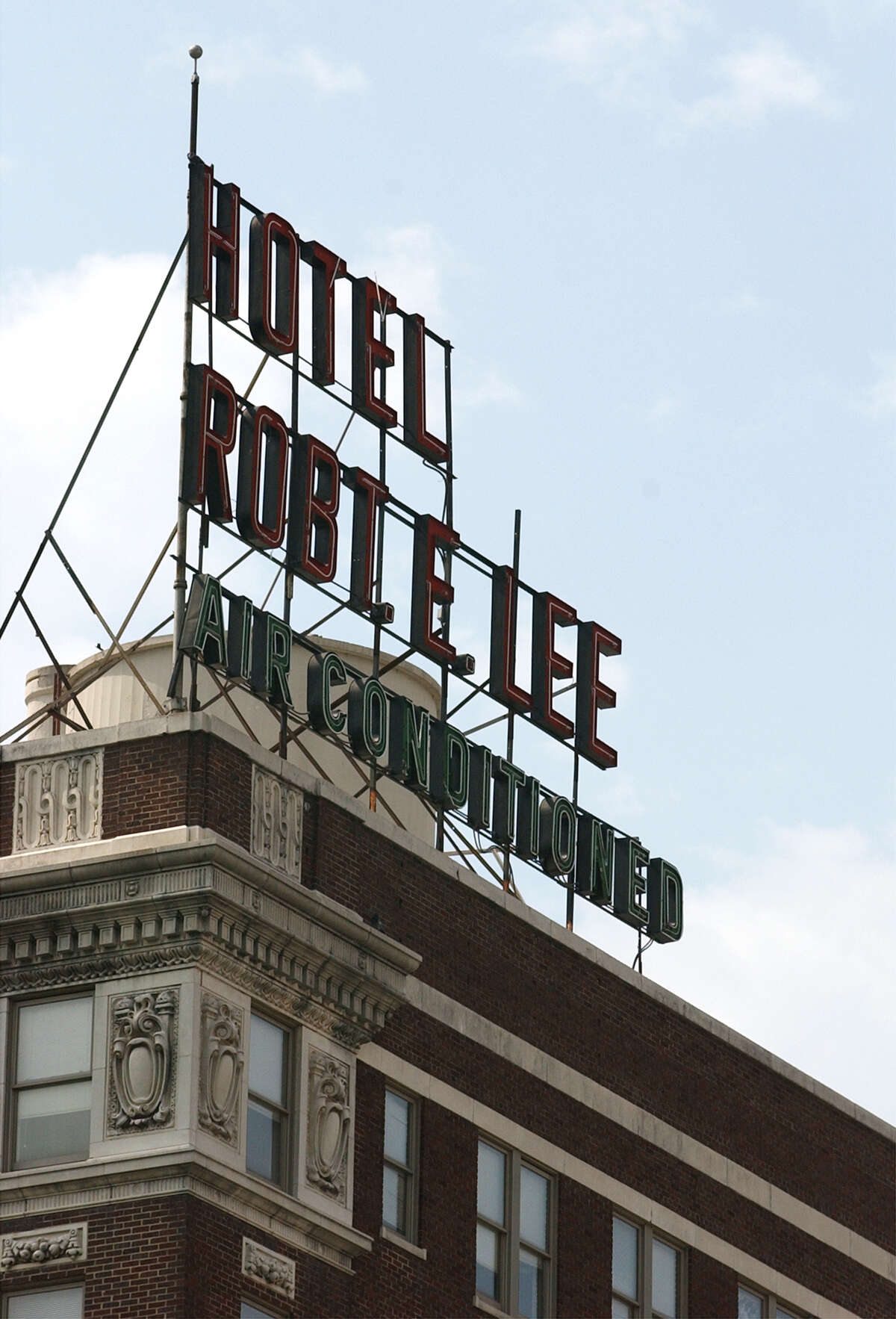 A group of New England investors is applying for state incentives to redevelop the historic Robert E. Lee apartment building downtown and add retail to the ground floor.
