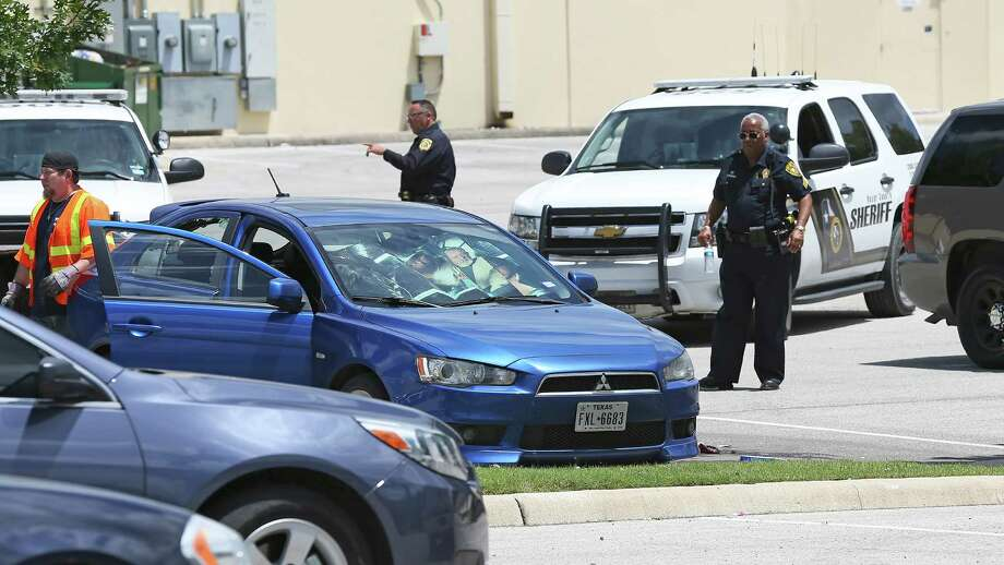 Sheriff's investigators go over the scene of an apparent suicide behind the Target store at 1604 and Culebra on June 24, 2016. Photo: SAN ANTONIO EXPRESS-NEWS / 2016 SAN ANTONIO EXPRESS-NEWS