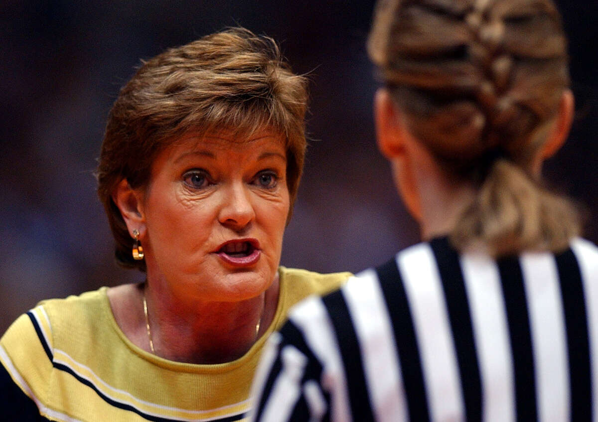 Tenn. coach Pat Summitt lets the ref know how she feels during first half action at the Alamodome in San Antonio March 29, 2002. GLORIA FERNIZ/STAFF