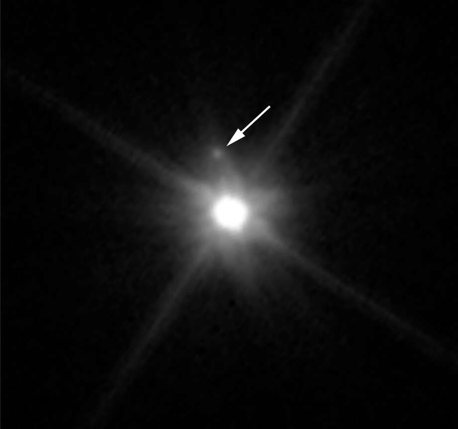 This Hubble image reveals the first moon ever discovered around the dwarf planet Makemake. The tiny satellite, located just above Makemake in this image, is barely visible because it is almost lost in the glare of the very bright dwarf planet. Hubble's sharp-eyed WFC3 made the observation in April 2015. Photo: NASA, ESA, And A. Parker And M. Buie (SwRI)