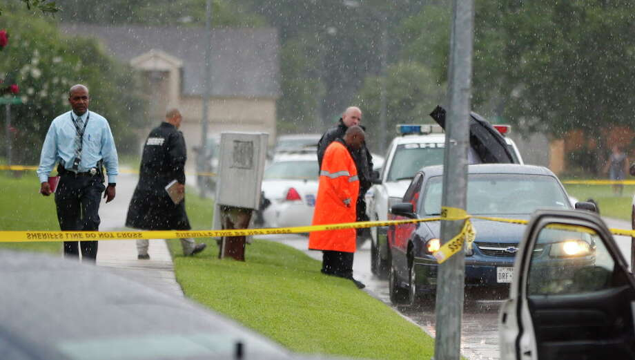 Harris County sheriff's deputies investigate the scene in the 1300 block of Cross Draw, in northwest Harris County, where a woman was found shot in a vehicle, Tuesday, June 28, 2016. Photo: Karen Warren, Houston Chronicle / © 2016 Houston Chronicle
