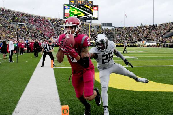 EUGENE, OR - OCTOBER 10: Wide receiver Gabe Marks #9 of the Washington State Cougars catches a touchdown pass against defensive back Glen Ihenacho #25 of the Oregon Ducks during the second quarter of the game at Autzen Stadium on October 10, 2015 in Eugene, Oregon. (Photo by Steve Dykes/Getty Images)