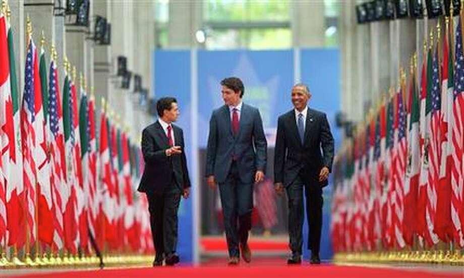 De izquierda a derecha, el presidente mexicano Enrique Peña Nieto, el premier canadiense Justin Trudeau y el presidente estadounidense Barack Obama caminan por la Galería Nacional de Canadá en Ottawa, antes de su cumbre, miércoles 29 de junio de 2016. (AP Foto/Pablo Martinez Monsivais)