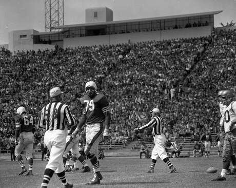 Bob St. Clair (79) talks to the referee at Kezar Stadium during the Aug. 25, 1957, San Francisco vs. Washington game. St. Clair would play at Kezar while he was a student at Poly as well as USF, followed by 10 years as a 49er. Photo: The Chronicle 1957