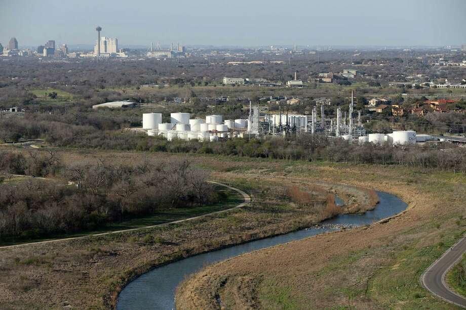 The San Antono River winds its way by the Calumet plant in south San Antonio, Thursday, Feb. 18, 2016. Photo: JERRY LARA, Staff / San Antonio Express-News / © 2016 San Antonio Express-News