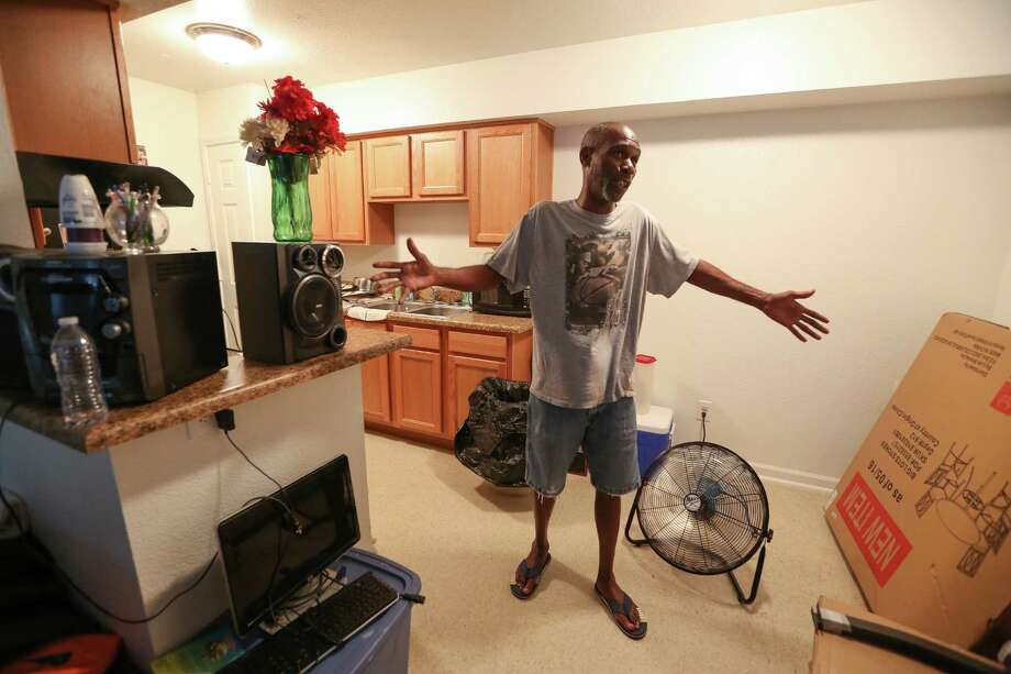 Raymond Holden recently returned to his Arbor Court apartment after flood repairs were made. Photo: Steve Gonzales / © 2016 Houston Chronicle
