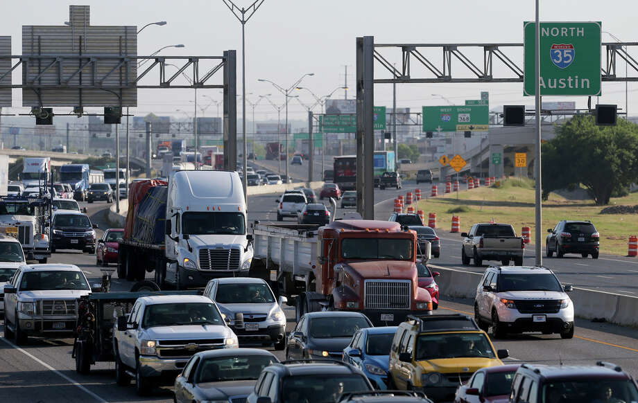 Traffic backs up on southbound Interstate 35 on Friday between Randolph Boulevard and Walzem Road as construction continues in the area. Photo: John Davenport /San Antonio Express-News / ©San Antonio Express-News/John Davenport