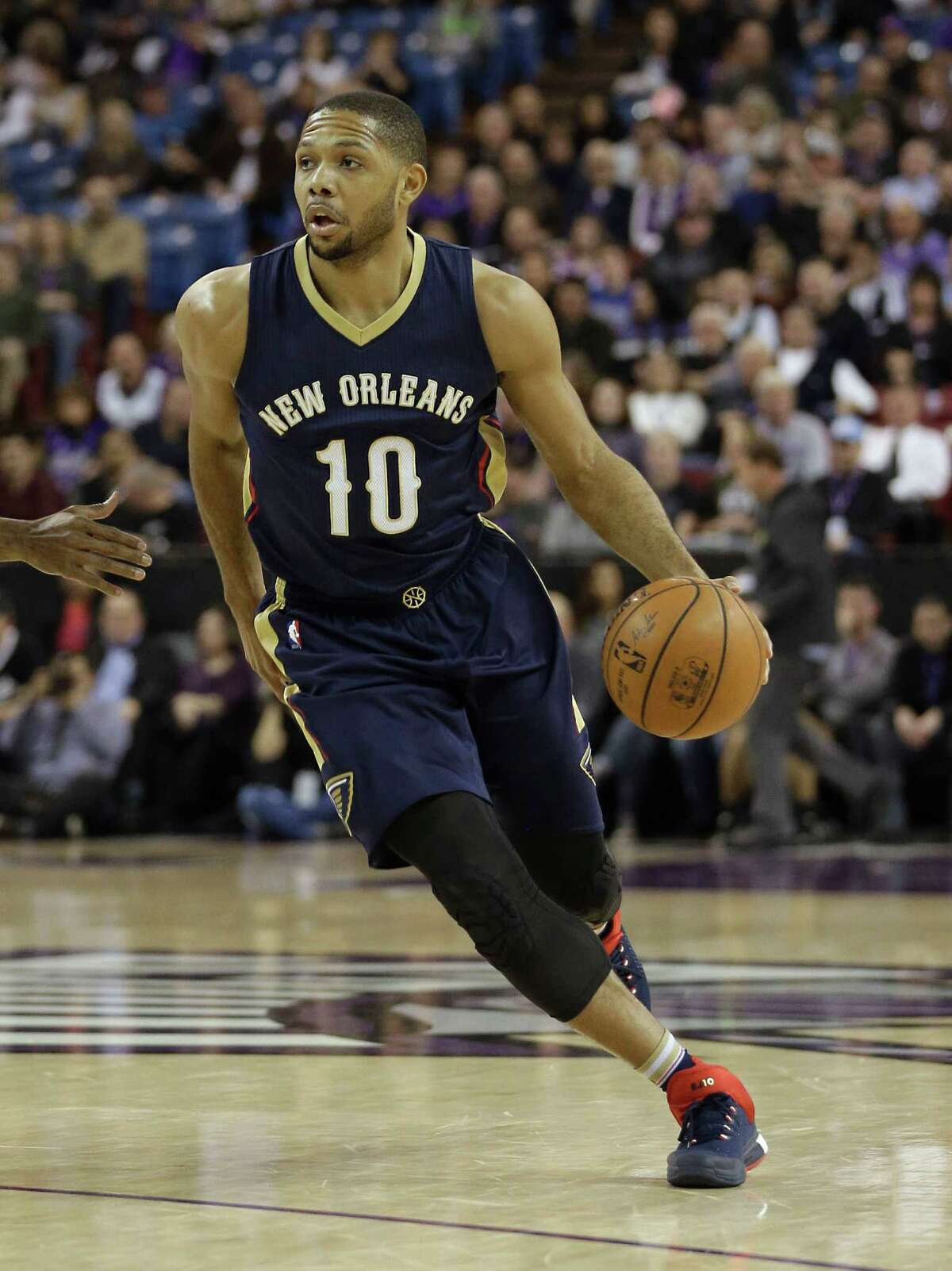 New Orleans Pelicans guard Eric Gordon drives against the Sacramento Kings during the first quarter of an NBA basketball game, Wednesday, Jan. 13, 2016, in Sacramento, Calif. The Pelicans won 109-97.(AP Photo/Rich Pedroncelli)