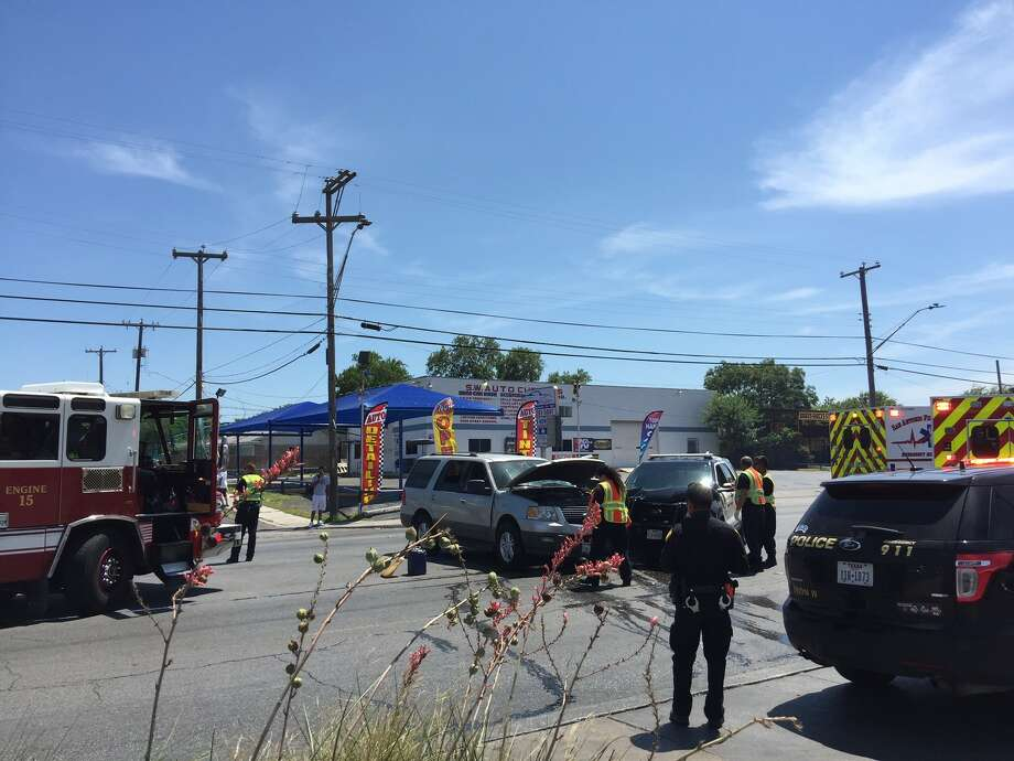 Police are investigating the cause of a crash that sent one officer to the hospital Monday afternoon. Photo: Mariah Medina / San Antonio Express-News