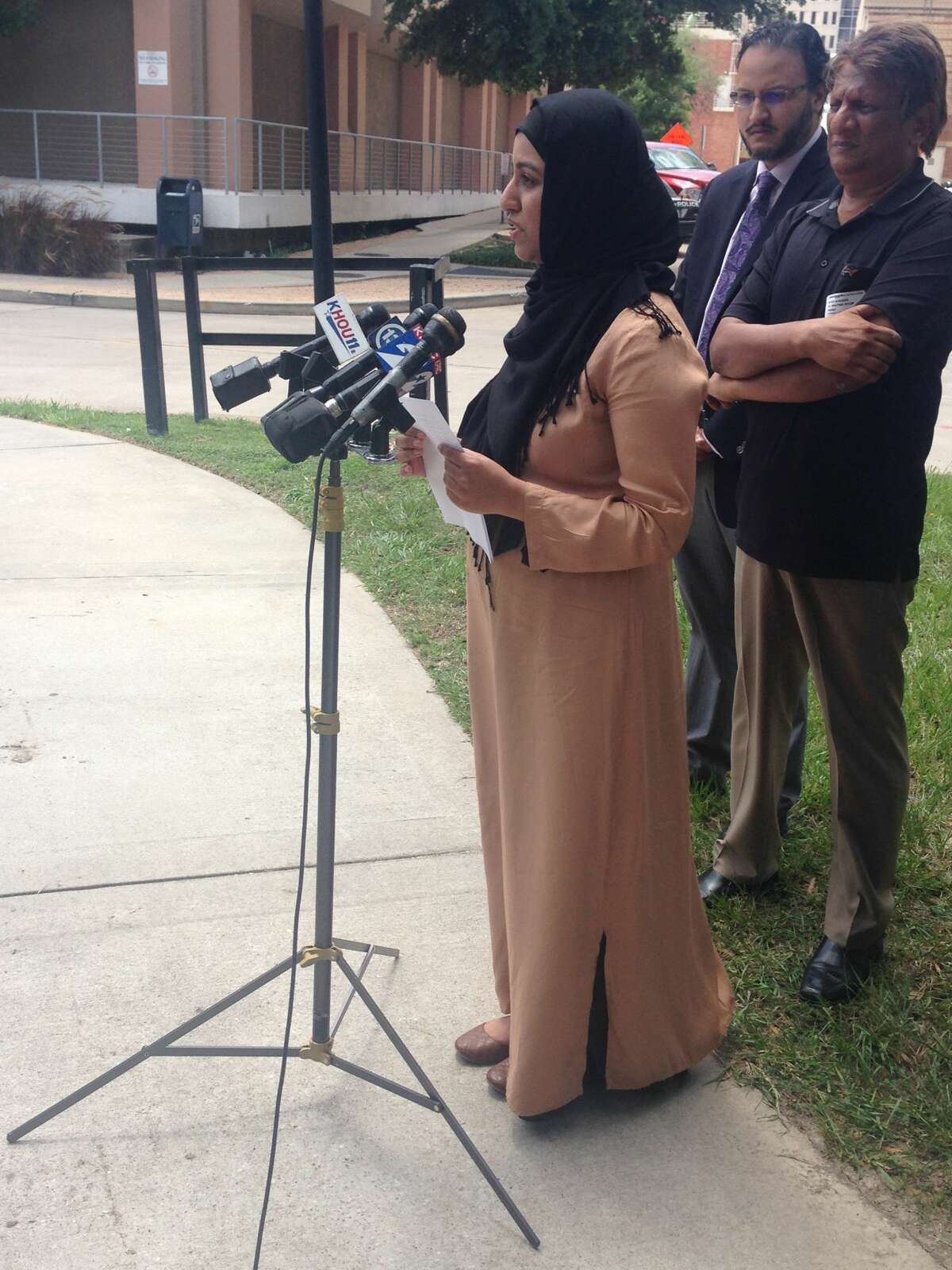 A Houston man shot Sunday morning near the Madrasah Islamiah mosque remained in the hospital Monday but was recuperating well, his wife said. Arslan Tajammul, a 30-year-old optometrist, was shot about 5:30 a.m. Sunday around the corner from the southwest Houston mosque, during what police said appeared to be an attempted robbery. His wife, Syeda Bokhari, spoke Monday at a press conference outside Ben Taub Hospital.