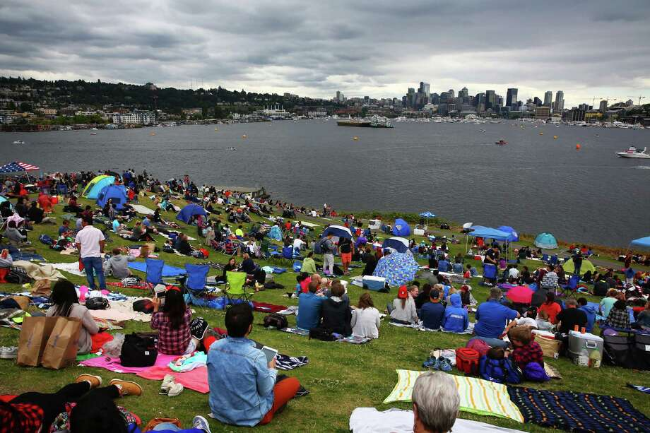 Crowds begin to fill up the hillside during Fourth of July celebrations at  Gas Works Park, Monday, July 4, 2016. Photo: GENNA MARTIN, SEATTLEPI.COM / SEATTLEPI.COM