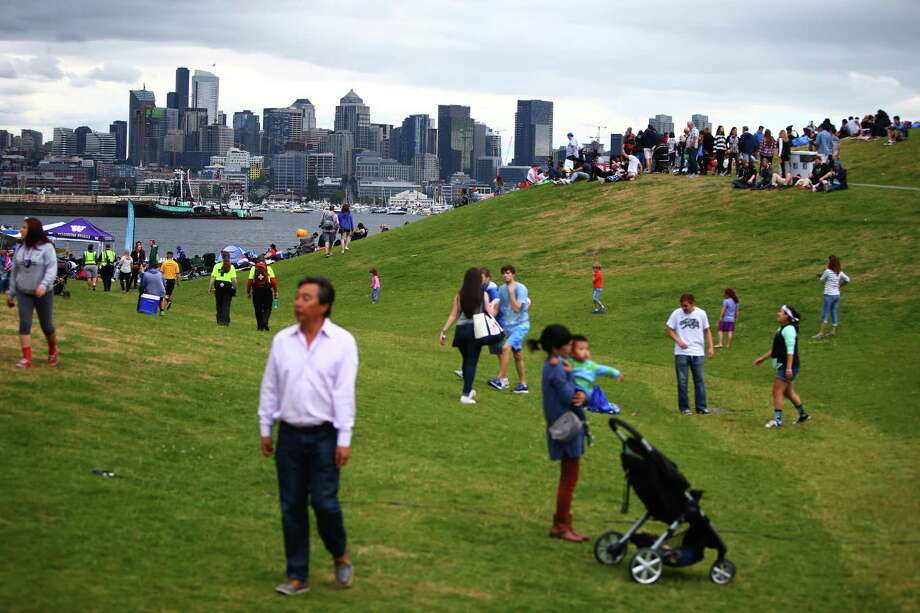Crowds gather during Fourth of July celebrations at Gas Works Park, Monday, July 4, 2016. Seattle's 15 largest parks and beaches will close this weekend to help slow the spread of the novel coronavirus as people have continued to congregate in these spaces, the mayor's office announced Thursday. Photo: GENNA MARTIN, SEATTLEPI.COM / SEATTLEPI.COM