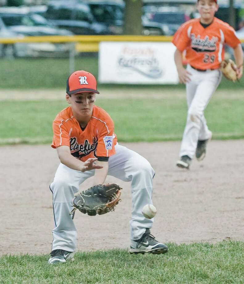 Ridgefield third baseman Will Hanna fields a ground ball in the District 1 Little League game against Wilton, played at the Wilton YMCA. Wednesday, July 6, 2016 Photo: Scott Mullin / For The / The News-Times Freelance