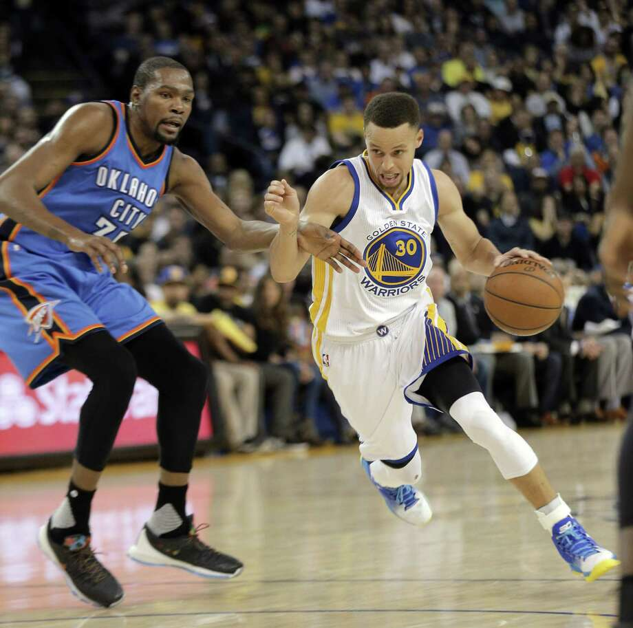 Stephen Curry (30) drives to the basket defended by Kevin Durant (35) as the Golden State Warriors played the Oklahoma City Thunder at Oracle Arena in Oakland, Calif., on Thursday, March 3, 2016. Photo: Carlos Avila Gonzalez, The Chronicle / Carlos Avila Gonzalez - San Francisco Chronicle